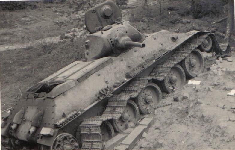 Танк Т-34 с подбитой гусеницей