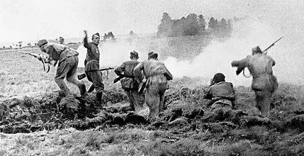 Бойцы советской армии врываются в траншеи