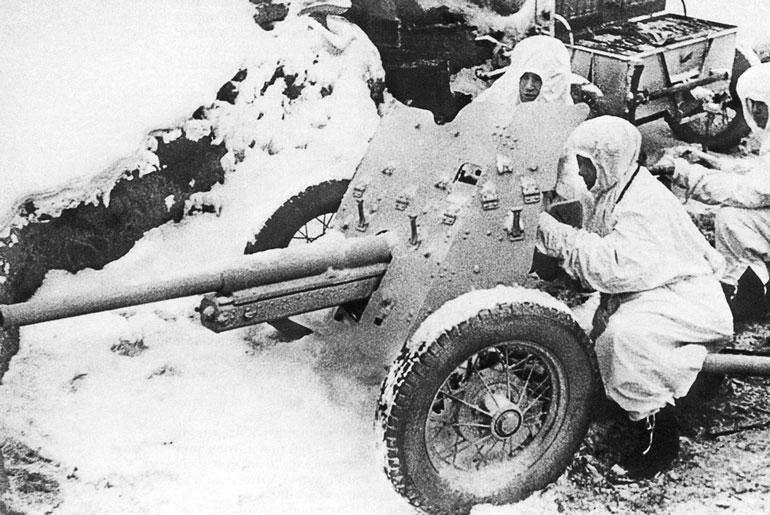 Расчет 45-мм пушки 1942 год
