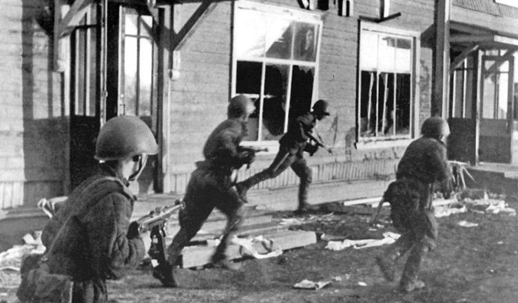 Советские автоматчики ведут бои за Карелию