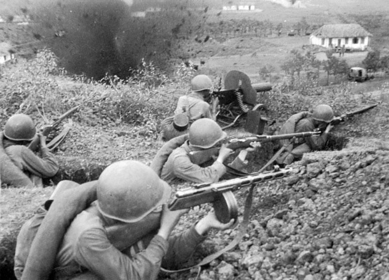 Советски солдаты атакуют траншеи