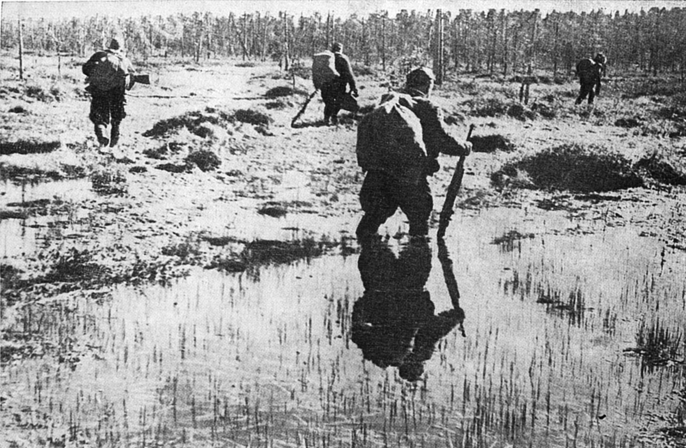 солдаты переходят болото