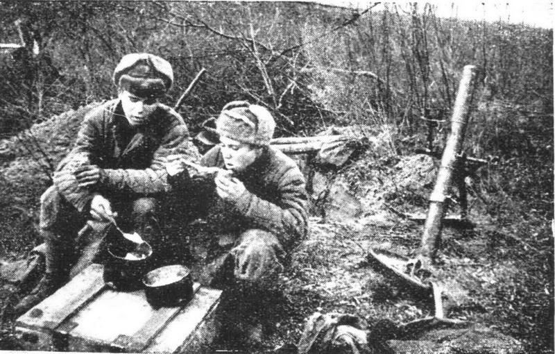 Солдаты едят сухари 1942 год