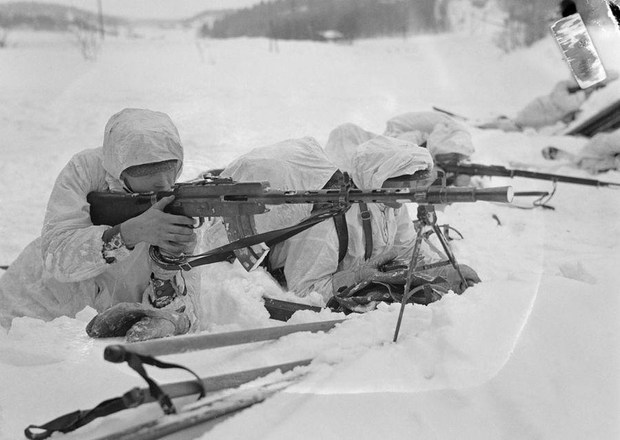 Советский солдат с пулеметом Лахти