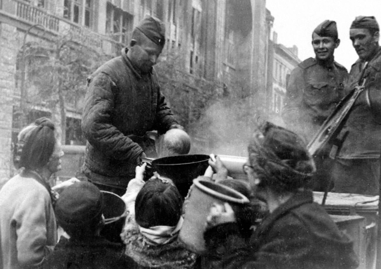 Солдаты кормят голодных жителей Германии