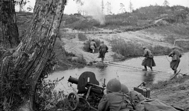 Советские пулеметчики прикрывают переправу