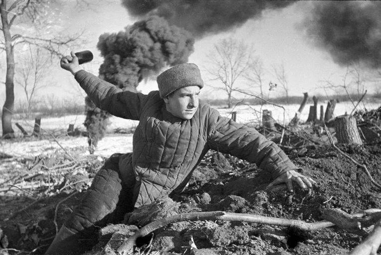 Солдат бросает гранату