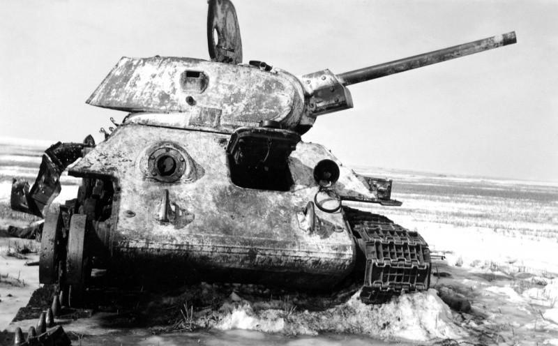 Подбитый танк т-34 зима 1943 года