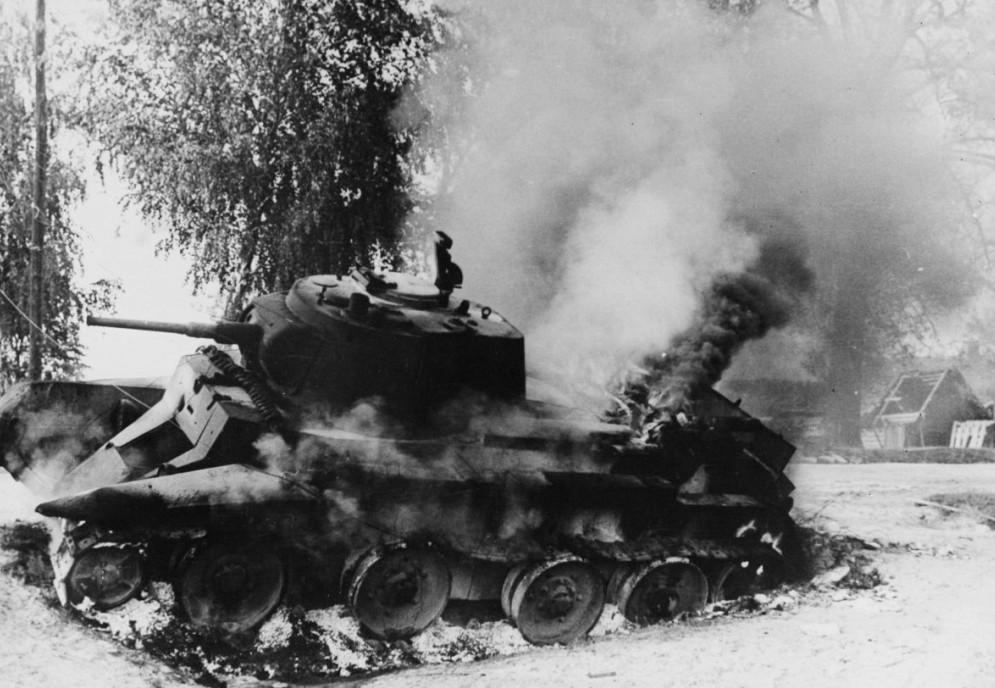 Сгоревший танк БТ-7