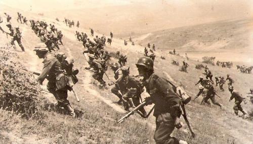 Немецкие солдаты бегут в атаку ВОВ