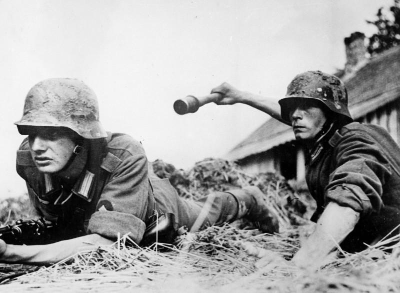 немецкие солдаты кидают гранаты вов