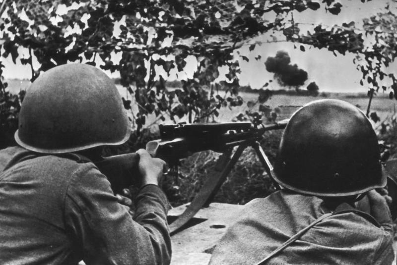 советские пулеметчики ведут огонь по врагу