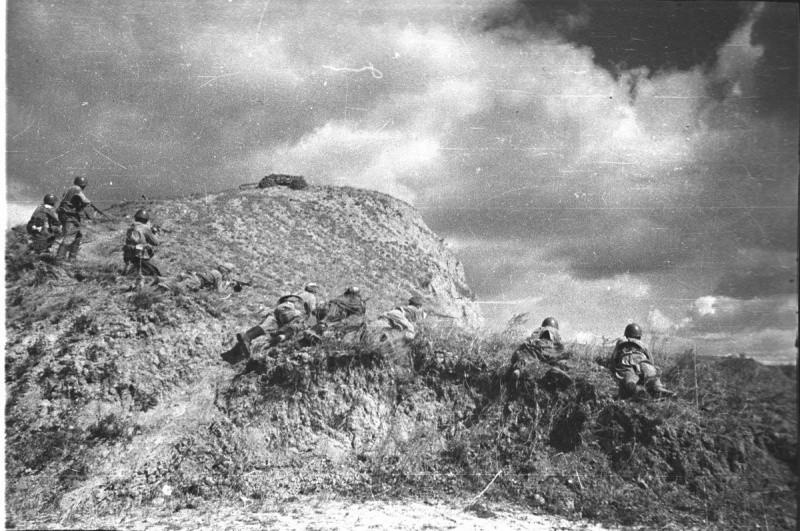 Солдаты обходят укрепления финнов