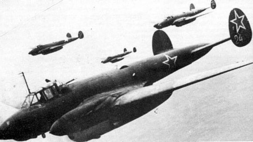 Советские самолеты атакуют высоту