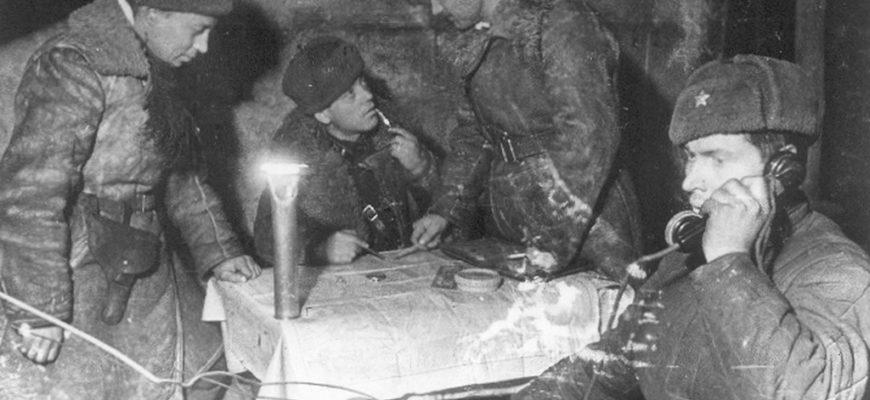 Советские солдаты в блиндаже