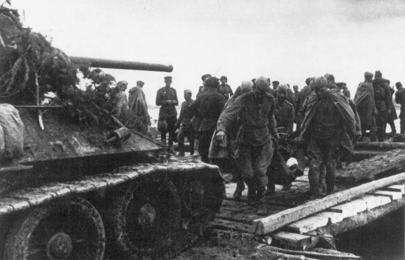 Т-34 при погрузке на плот ВОВ