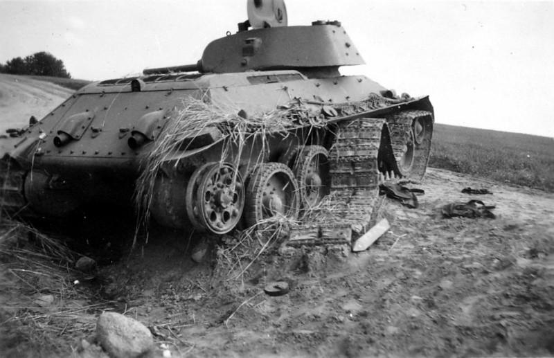 Танк Т-34 с оторванной гусеницей ВОВ