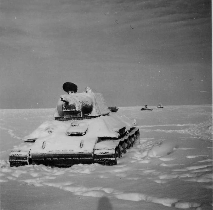 Т-34 в снежном поле