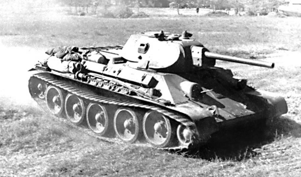 Танк т-34 едет по полю