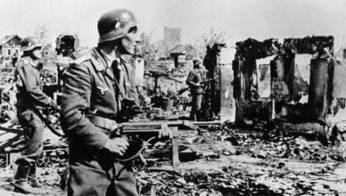 Фашисты с автоматами в развалинах