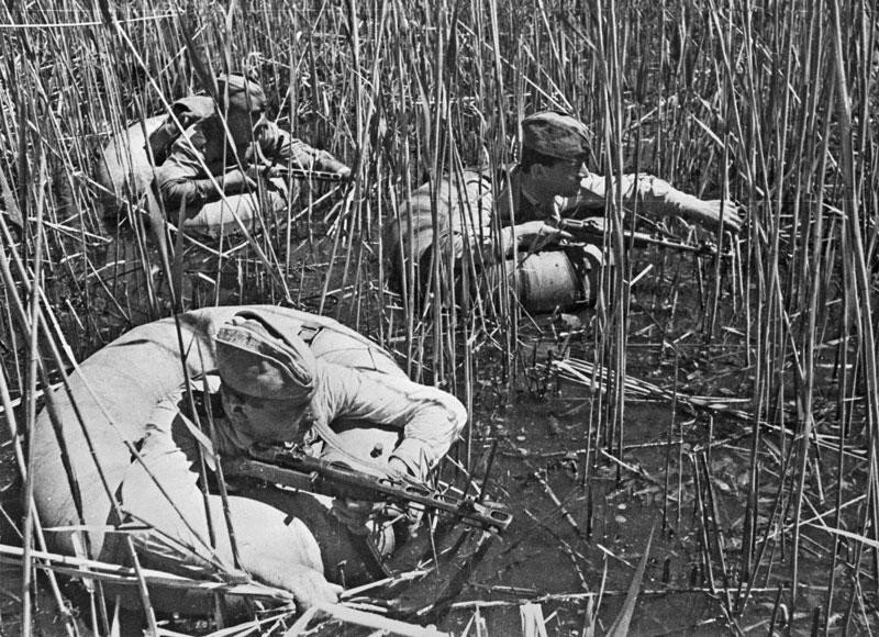 солдаты переходят реку
