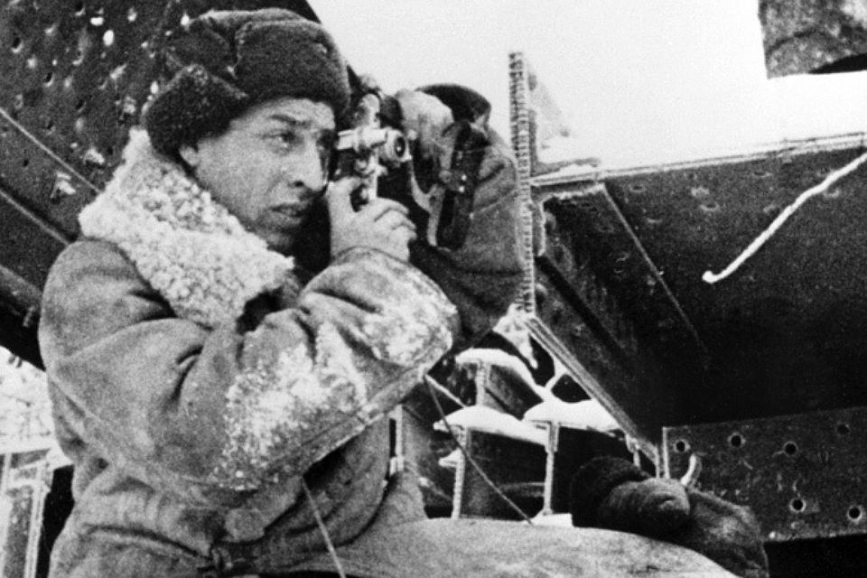 корреспондент с фотоаппаратом на войне вов