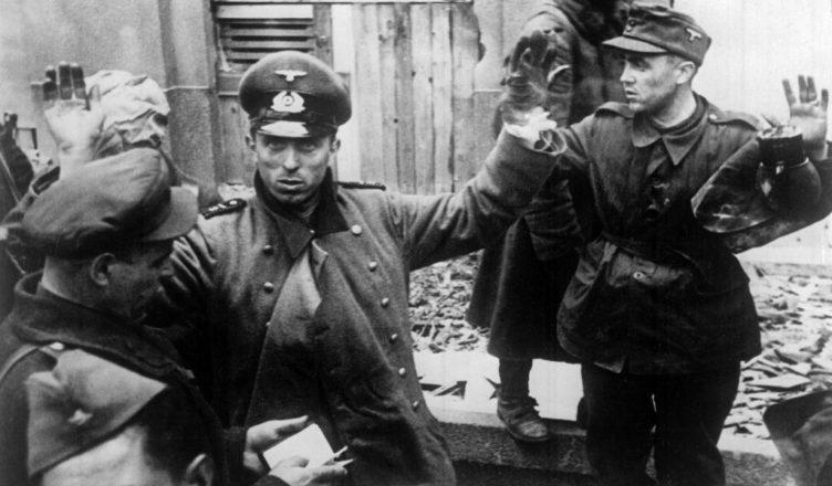 Советски войска берут в плен немецких офицеров ВОВ