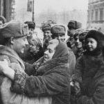 Жители блокадного Ленинграда радуются советским солдатам