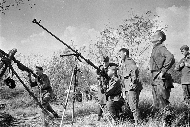 Огонь из противотанкового ружья по немецким самолетам