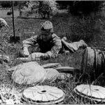 Саперы устанавливают мины ВОВ