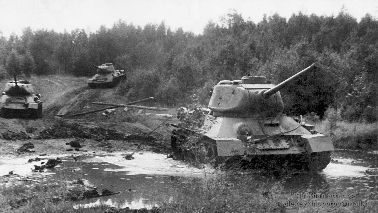 Т-34 едут по лесу
