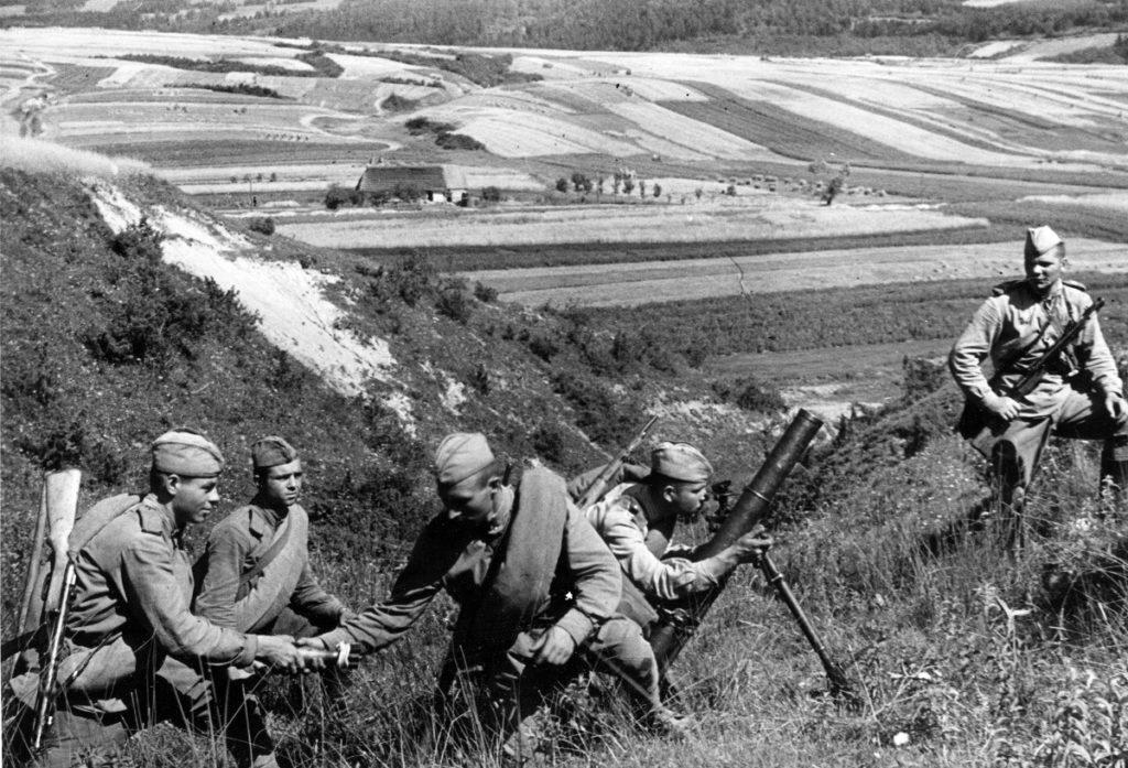 Советские солдаты заряжают миномет ВОВ