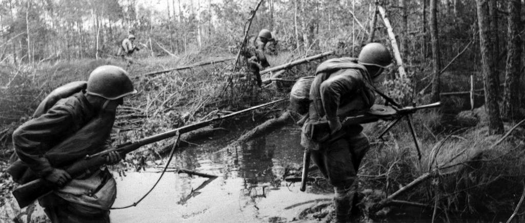 солдаты в болоте