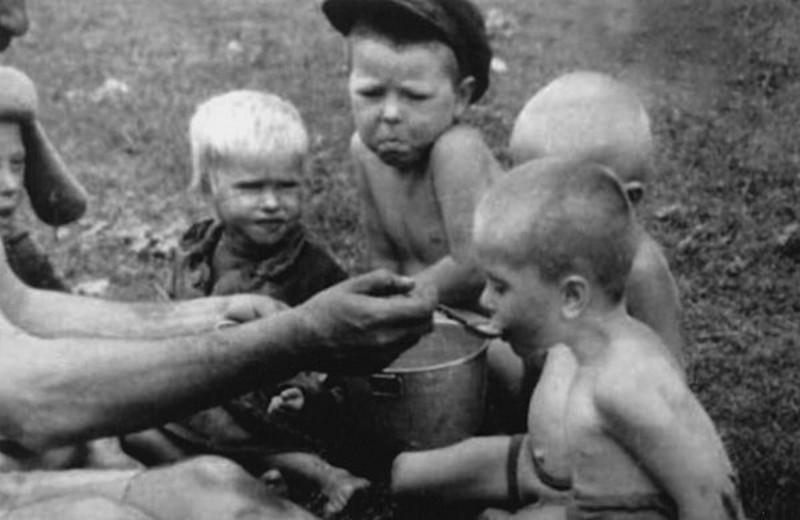 Детей кормят ВОВ