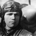 Иван Кожедуб на фоне самолета