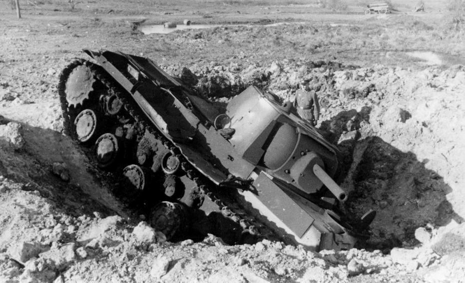 Танк кв1 попал в воронку от снаряда ВОВ