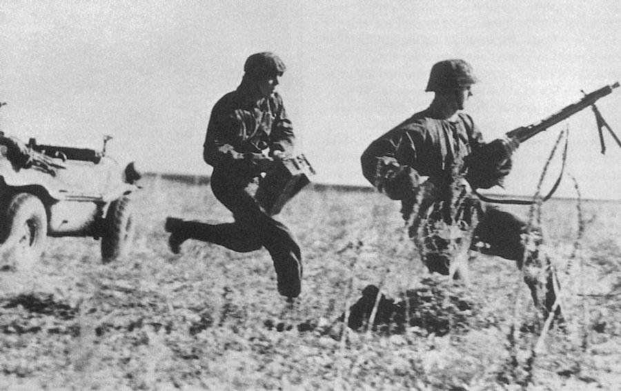 Немецкий пулеметчик бежит ВОВ