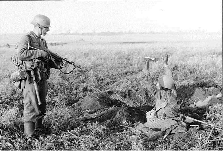 Немец взял в плен советского солдата ВОВ