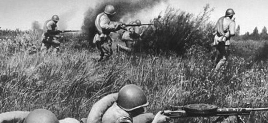 Солдаты бегут по полю