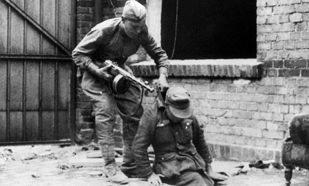 Советский солдат тащит пленного немца
