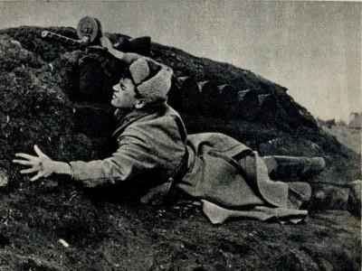 солдат закрывает амбразуру вов