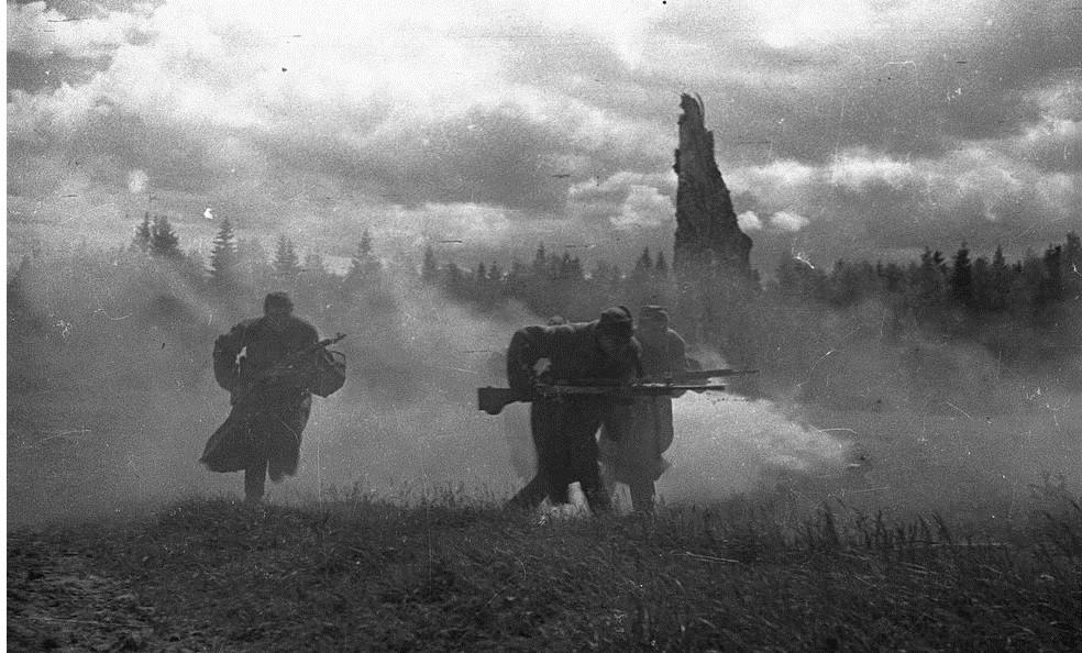 3 солдата бегут в атаку по лесу вов