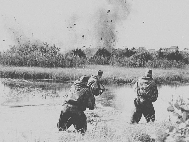 Советские солдаты ведут перестрелку