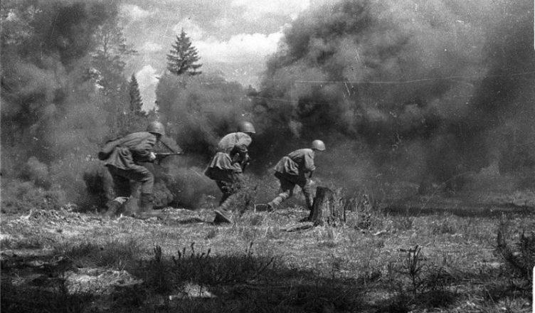 3 советских солдата идут в атаку