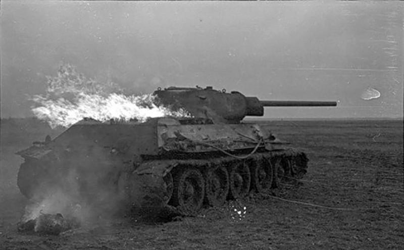 Горящий советский танк ВОВ