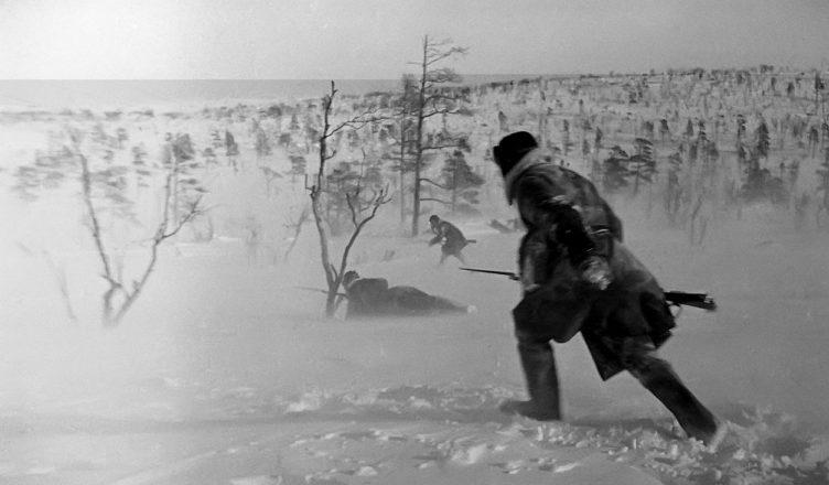 Солдаты идут по снегу ВОВ