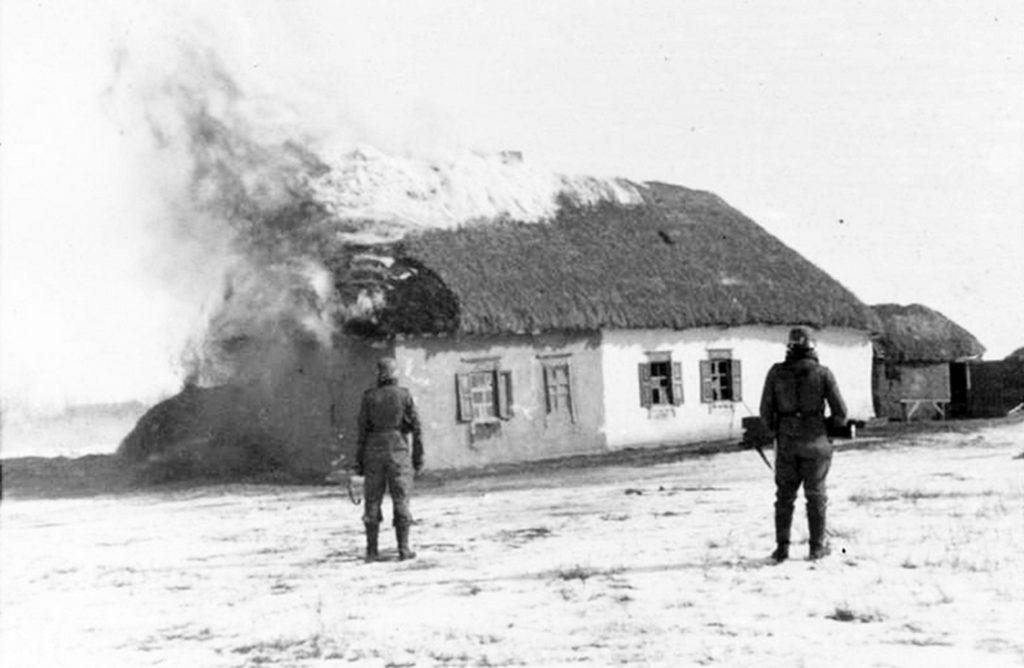 Немцы сжигают советский дом ВОВ