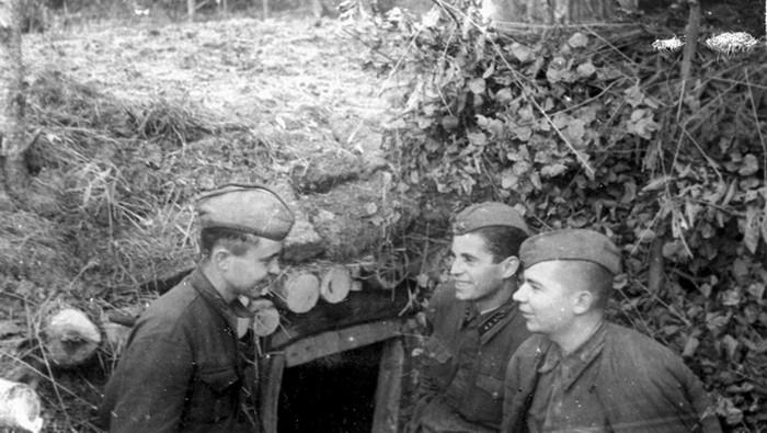 Офицер и 2 солдата возле землянки ВОВ