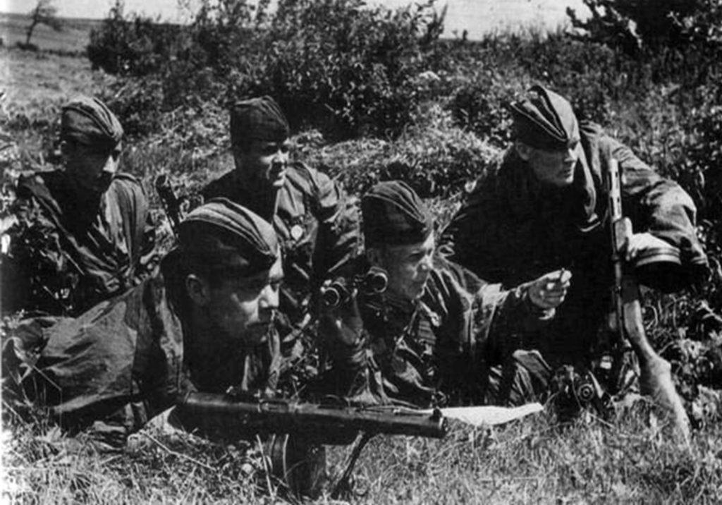 5 советских разведчиков наблюдают за немцами ВОВ