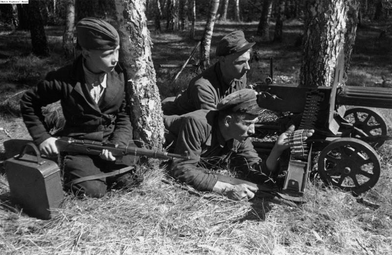 Ребенок партизан возле пулемета Максим ВОВ
